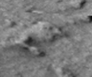 Un marciano enterrado en la arena. Note la mano. ¿Cuantos dedos?